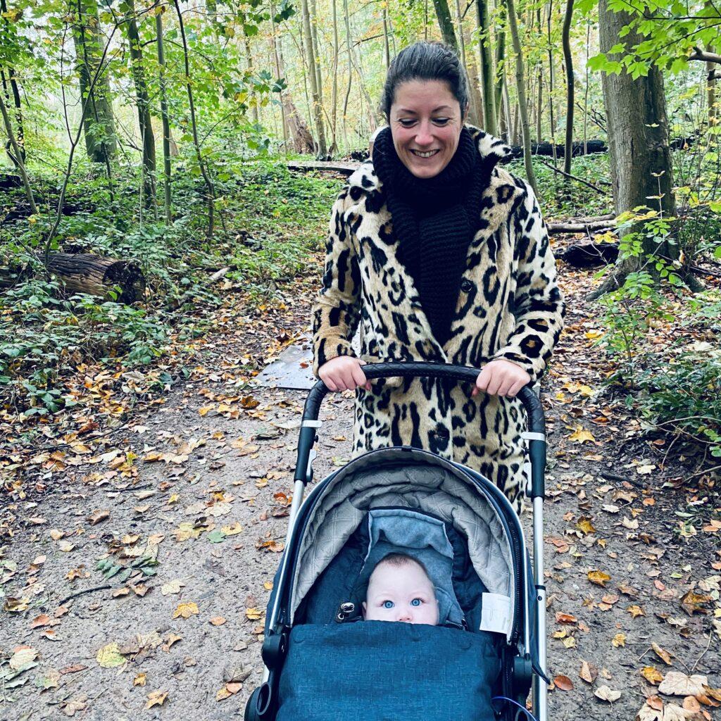 De moeder van Sara aan het wandelen